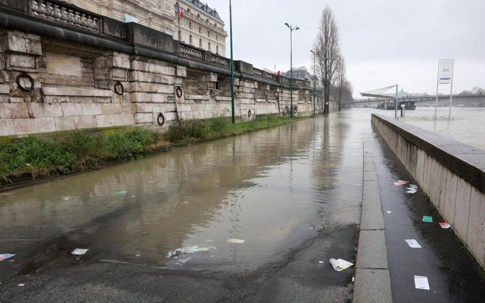 Paris le niveau de la Seine dépasse celui de la crue de