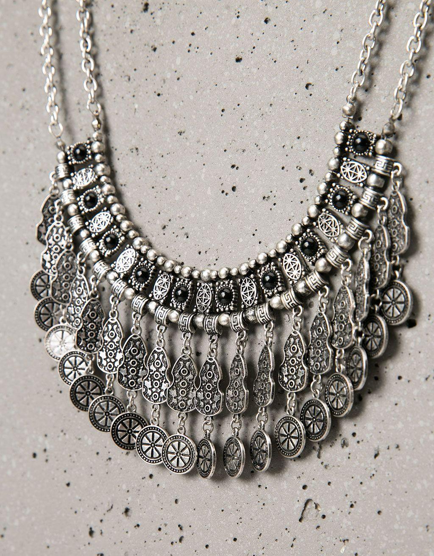 Collier franges métalliques et perles. Découvrez cet article et beaucoup plus sur Bershka, nouveaux produits chaque semaine.