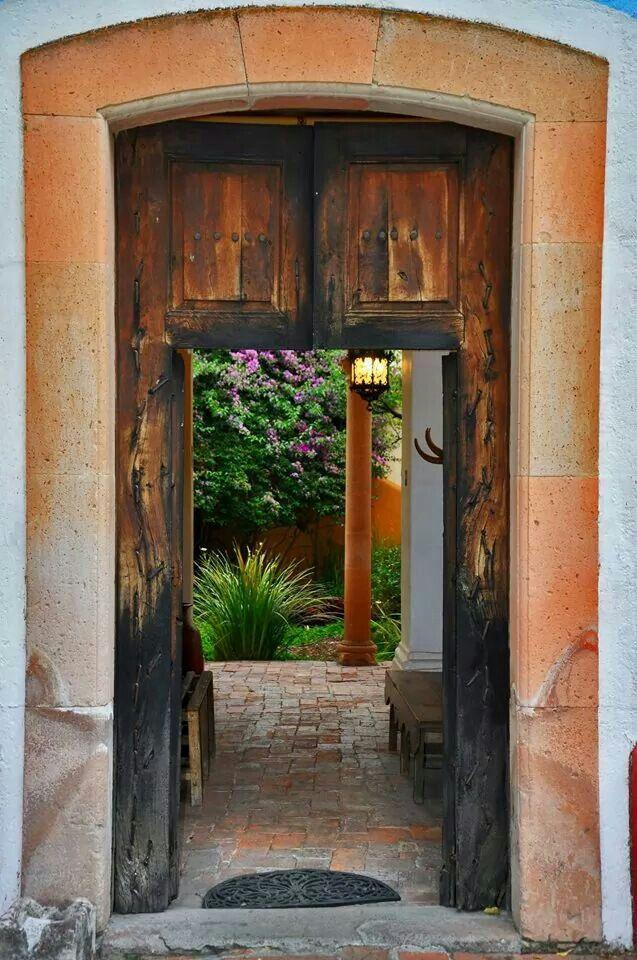 Puerta antigua puertas antiguas pinterest antigua for Puertas coloniales antiguas