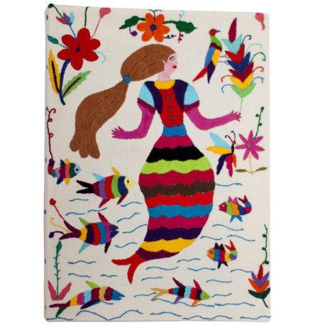 """""""Tableau Sirena"""" Otomi by ViBamos. Tissu écru brodé à la main avec fils multicolore tendu et cloué sur châssis de tableau. Un tableau haut en couleur, idéal pour décorer une chambre de fille qui rêve de sirène.  Largeur :28 cm Hauteur :39 cm"""