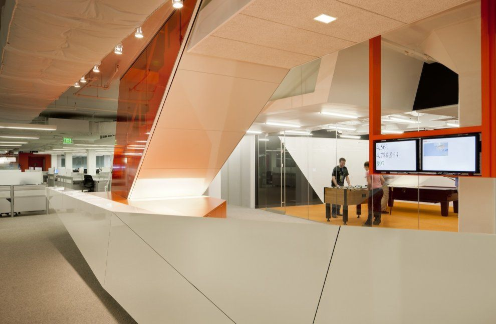 Kayak-Startup-Tech-Office-high-gloss-panelling-in-white-and-orange ...