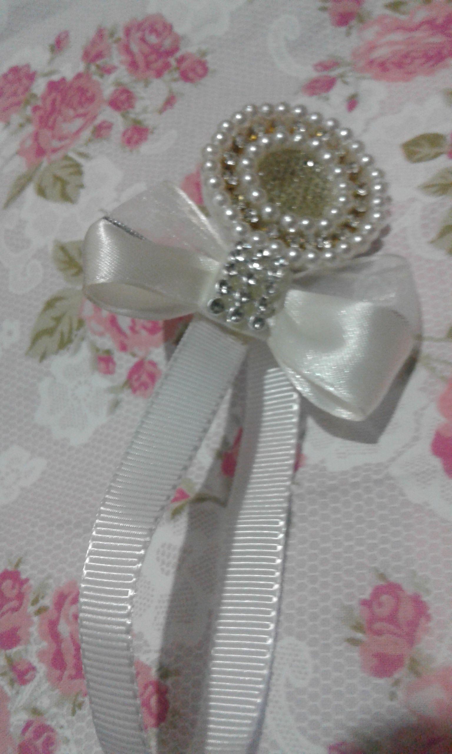kit tiara e prendedor de chupeta de luxo feito de perola com strass e fita de cetim com organza