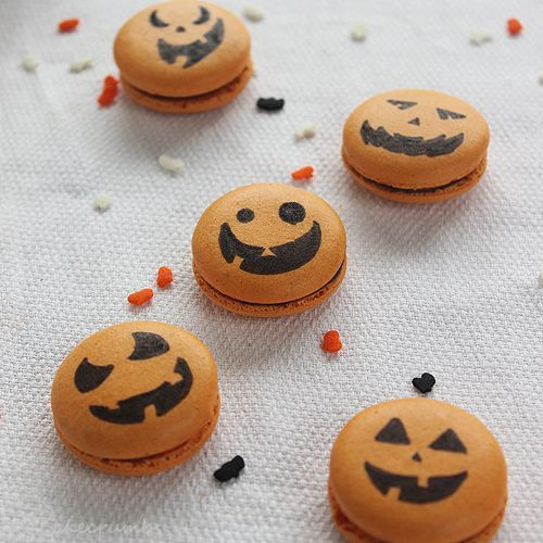Spiced Pumpkin Macarons - Kids could even do the decorating #halloweenmacarons