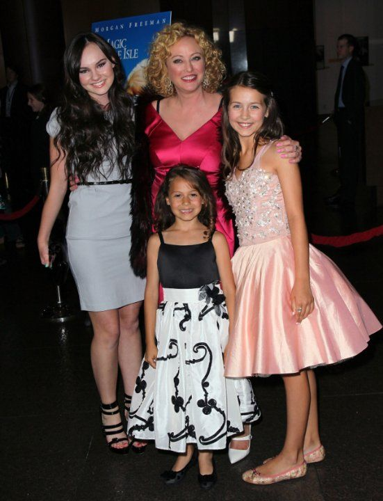 Virginia Madsen, Madeline Carroll, Emma Fuhrmann and Nicolette Pierini at event of The Magic of Belle Isle (2012)