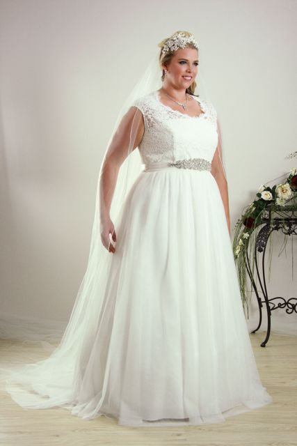 Simple and relaxed plus size wedding dress. | Wedding 8-18-18 ...