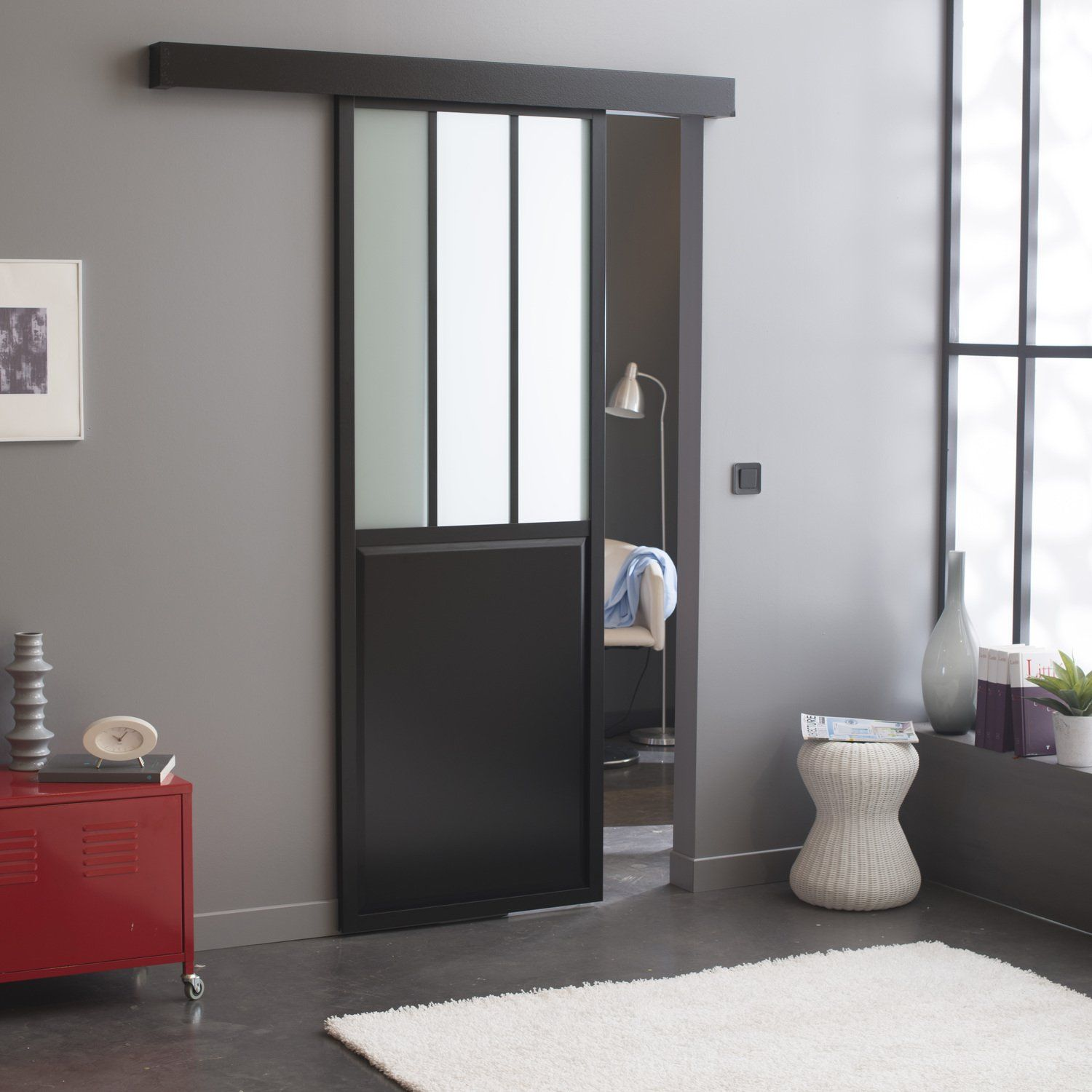 porte coulissante en aluminium noir fonc dans un esprit. Black Bedroom Furniture Sets. Home Design Ideas