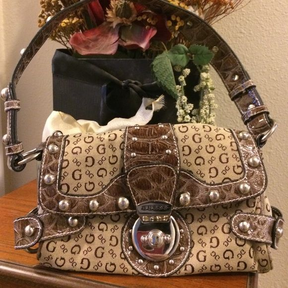 CUTE SMALL GUESS PURSE WITH ONE HANDLE!!! This GUESS purse is in ... 947d0ed878c45