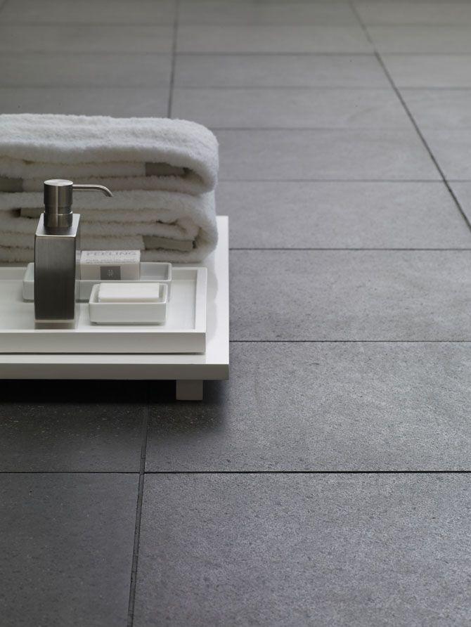 Grotere vloertegels werken ruimtelijk in de badkamer. Rechthoekige ...