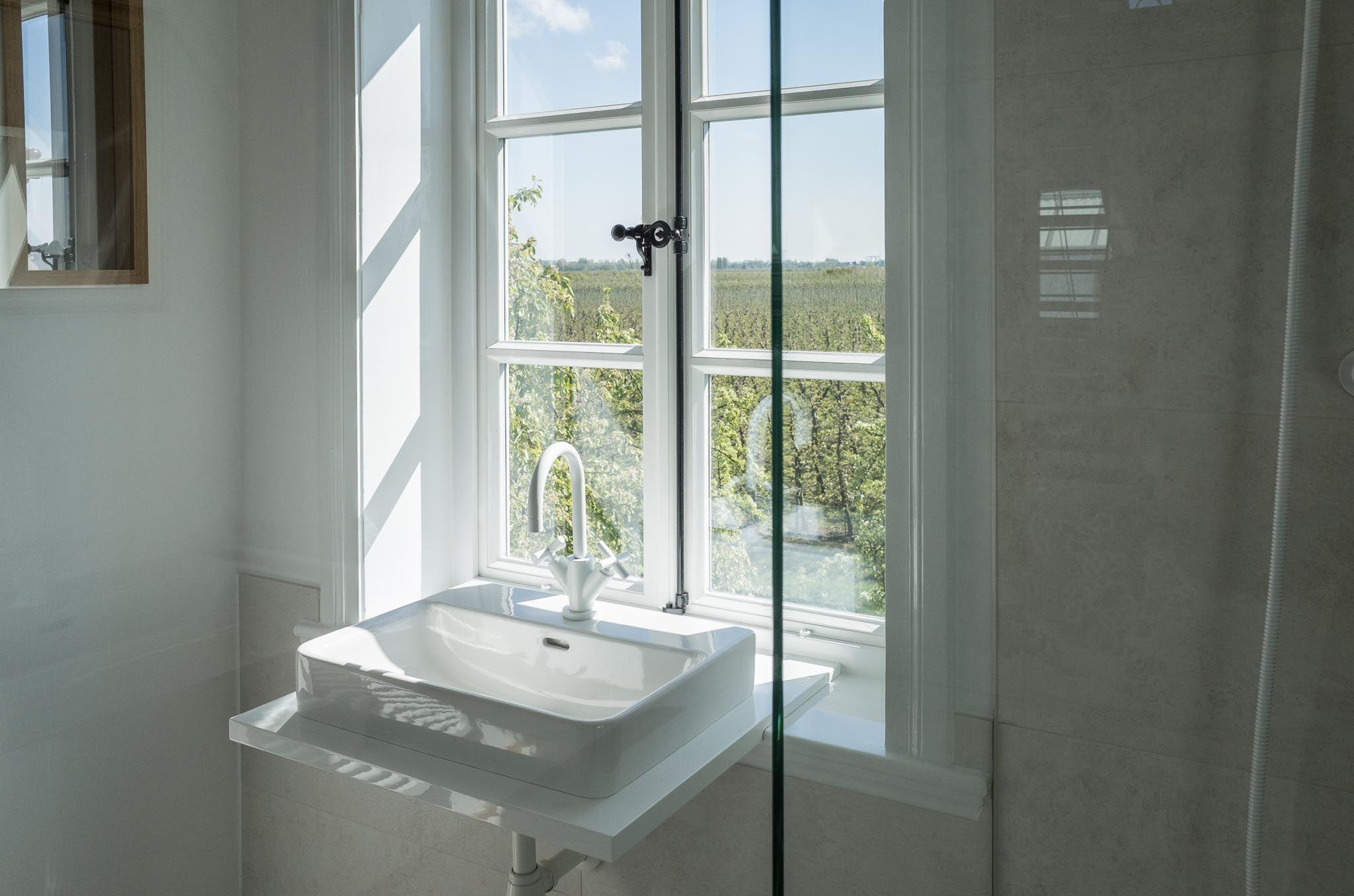 Trennwand vorhang holzboden weiss lack balken dornbracht vollverglast dusche - Spiegel sprossenfenster ...