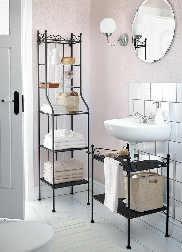 Ein Badezimmer mit IREVIKEN Waschbecken in Weiß mit verchromter