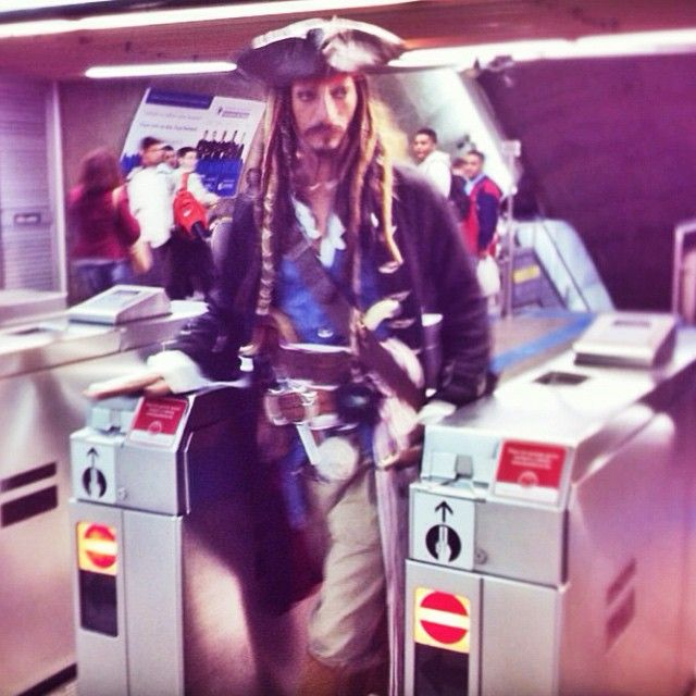 Pra quê navio se existe metrô? Capitão Jack Sparrow usa bilhete único! Foto: @helderjacomo #jacksparrow #usuariosmetrosp #sampa #saopaulo #bilheteunico #metrosp