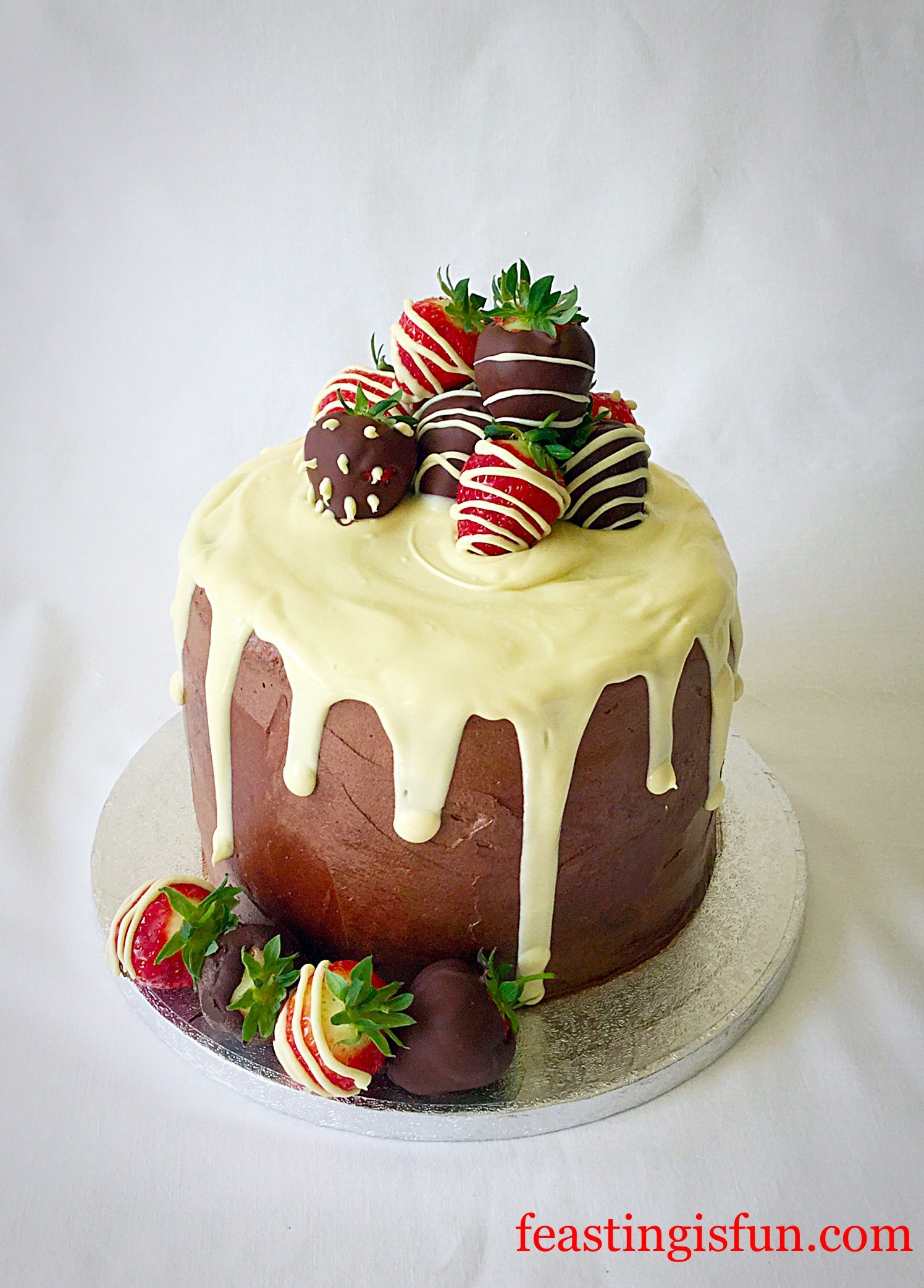 strawberry chocolate vanilla drip cake i crave pinterest cake drip cakes and chocolate. Black Bedroom Furniture Sets. Home Design Ideas