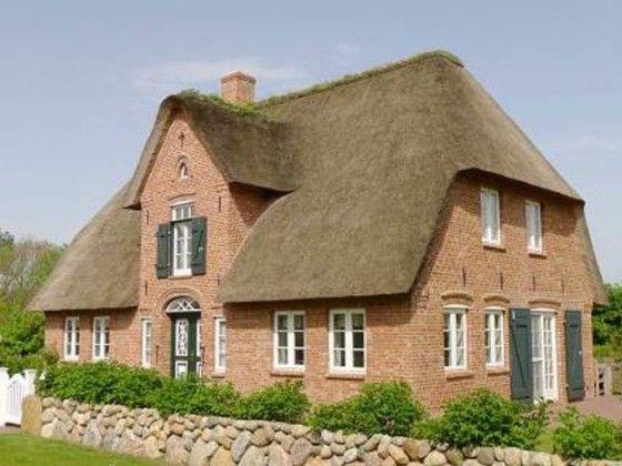 sch nes reetdach einzelhaus im friesenstil houses pinterest reetdach f hr und gartentore. Black Bedroom Furniture Sets. Home Design Ideas
