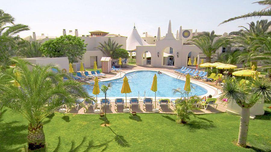 Suite-Hotel Atlantis Fuerteventura sijaitsee ihastuttavan rauhallisella paikalla, hieman Corralejon keskustan ulkopuolella. Hotellissa on erillinen vain aikuisille (yli 16-vuotiaille) varattu Premium-alue palveluineen. #Corralejo #Fuerteventura