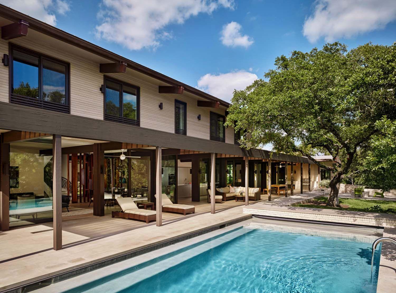 Mid century modern renovation creates inspired living in Austin   Modern renovation, Backyard ...