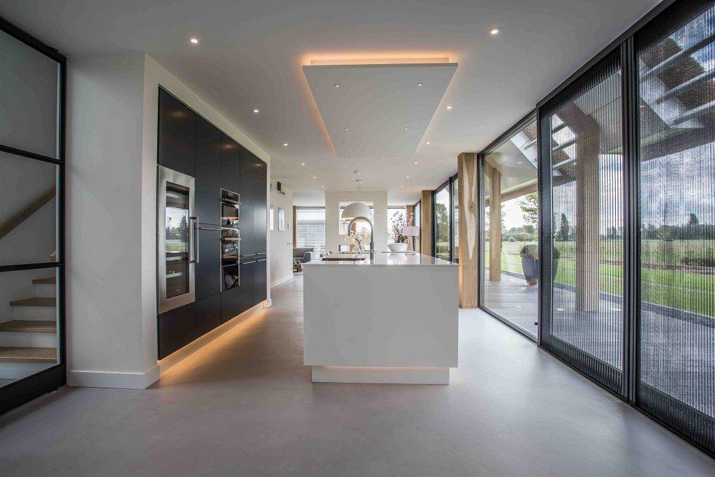 Keuken in overgang woonkamer naar eetkamer met trappenhuis erachter