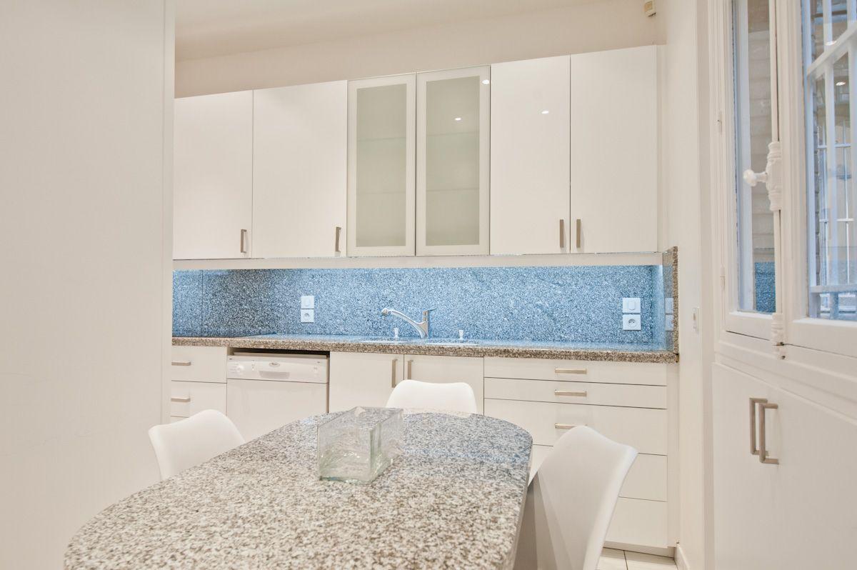 dcoration dune cuisine dans un appartement haussamnnien meubles de cuisine blanc plan granit griswhite kitchen - Granite Gris Cuisine