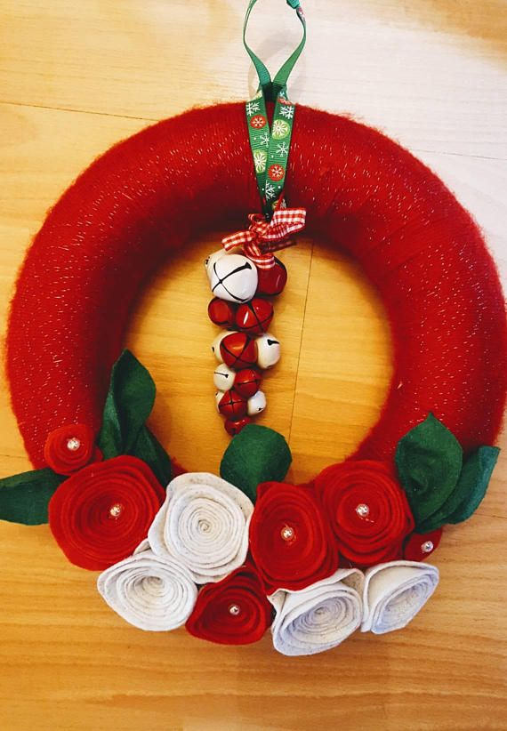 Photo of Fuoriporta Garland for Christmas with wool and felt handmade in shades of red and green. Christmas Garland