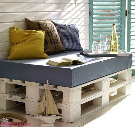 Sofás feitos com paletes pintadas de branco Veja mais: http://maispaletes.com/?p=1444  #pallets #palletfurniture #palletsofa #ecofriendly