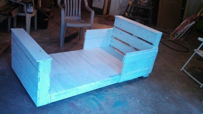 Toddler Bed Made From Pallets With Images Pallet Toddler Bed