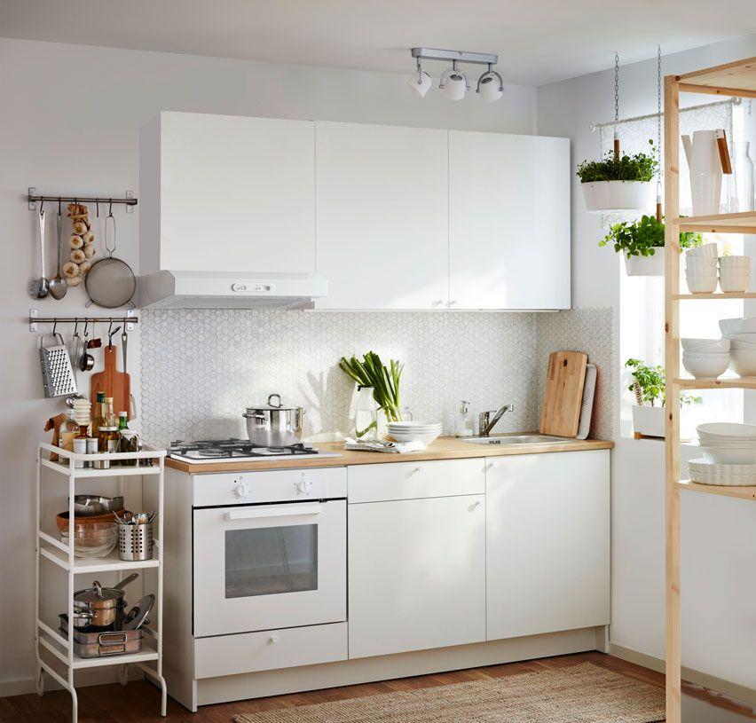 Cucina bianca composta da mobile base con ante, cassetti, piano di ...