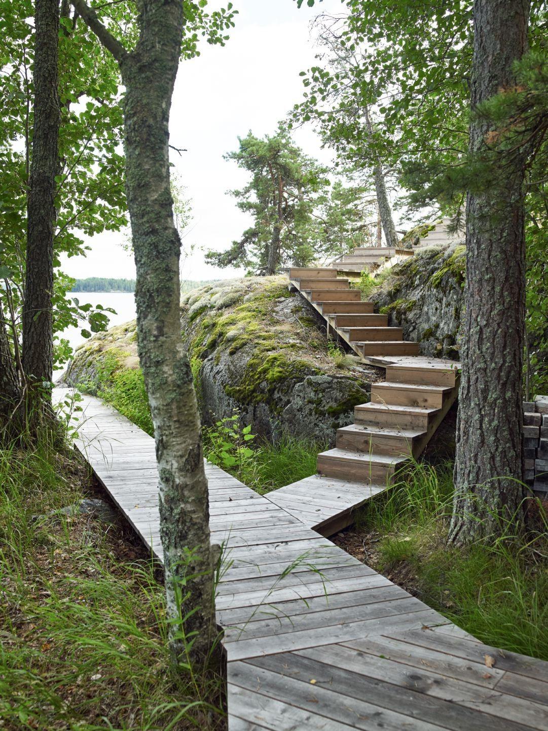 Puinen polku luonnossa, puukäytävä, puukatteinen polku ...