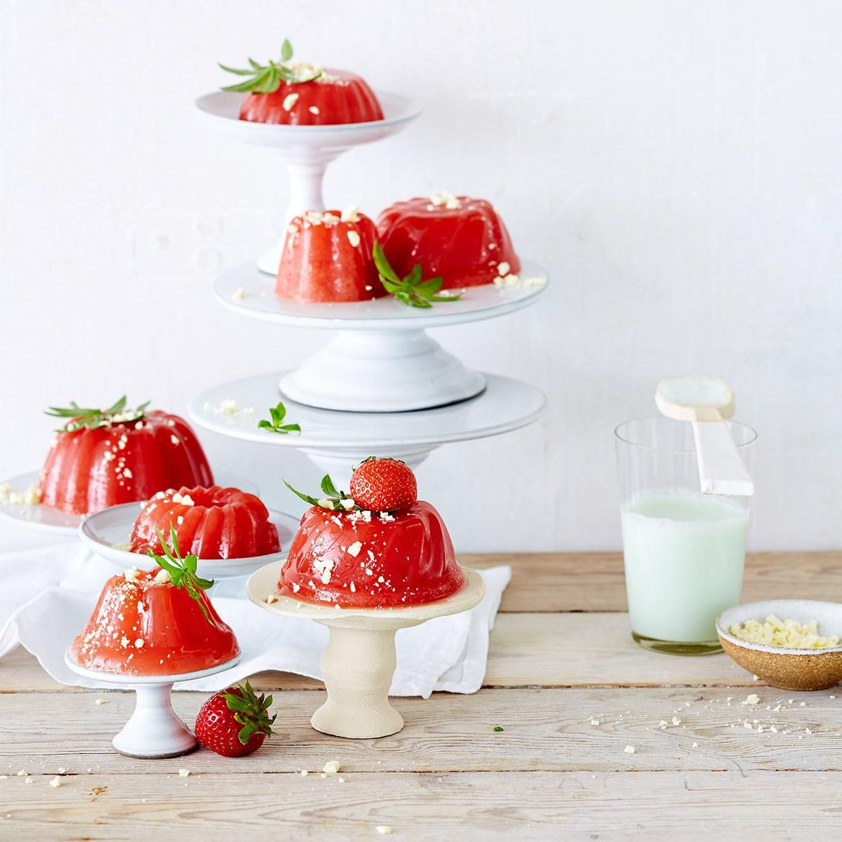 Grapefruitsaft macht den Wackelpudding aus frischem Erdbeerpüree und Martini Rosso leicht herb, was durch einen Schuss Tonic in der Waldmeistersauce noch...