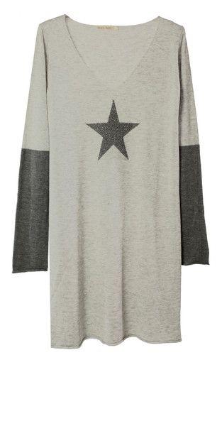 Robe en maille, parfaitement féminine et universelle. Le basique indispensable à avoir dans sa garde-robe. Le détail tendance et mode de la saison:  l'étoile.
