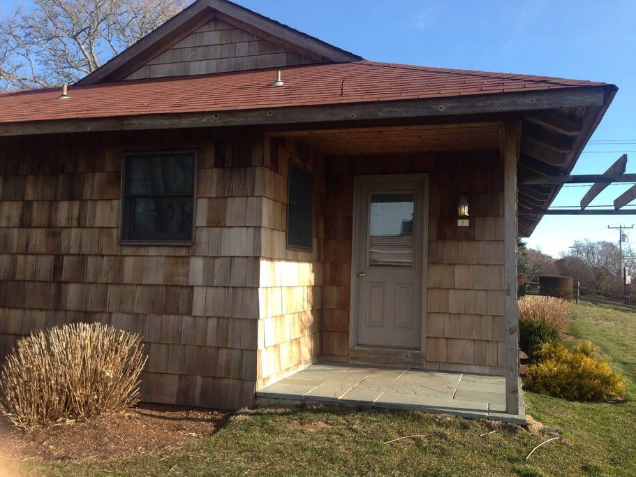 Bungalow in Montauk, United States. This fully furnished oceanview 1bd cottage steps to the beach with hardwood floors, an open beam ceiling, and a working fireplace allows you to enjoy Montauk throughout all seasons. There is a fully equipped kitchen,cable,central air,wireless,and ...