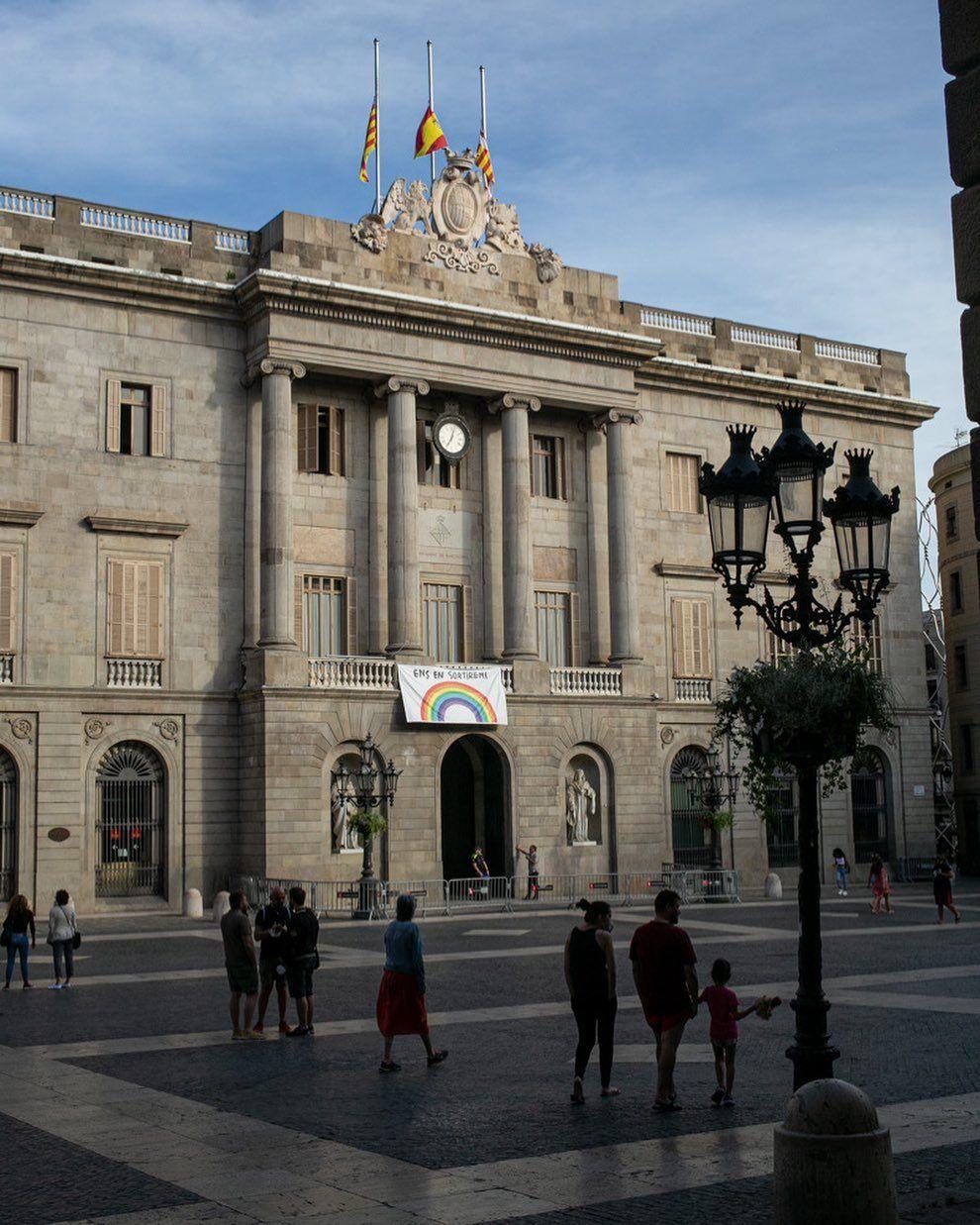 Parece que fue hace mil años cuando lo normal era ver esta plaza llena de grandes grupos de bicicletas de alquiler y guías turísticos esperando a sus clientes...      #barcelona #plaçasantjaume #santjaume #ciutatvella #barrigotic #catalunya_streets #catalonia_streets #raconsde_barcelona #ig_barcelones #topbcn_ #ok_catalunya #total_catalunya #bcnmoltmes #travel #travelgram #instatravel #passionpassport #gothicquarter #Barceloona #barcelonatravels #topbarcelonaphoto #visitbarcelona #igersspain #Ca