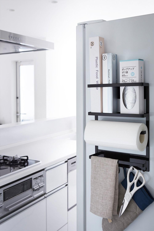 冷蔵庫側面に磁石で簡単取り付け よく使うキッチン小物を一括収納 上段には よく使うラップやアルミホイルを立てて入れることができます 中段には キッチンペーパーや布巾を掛けられるホルダー付き 下段にはフックが付いているので 鍋つかみ 栓抜き 缶切りなどを