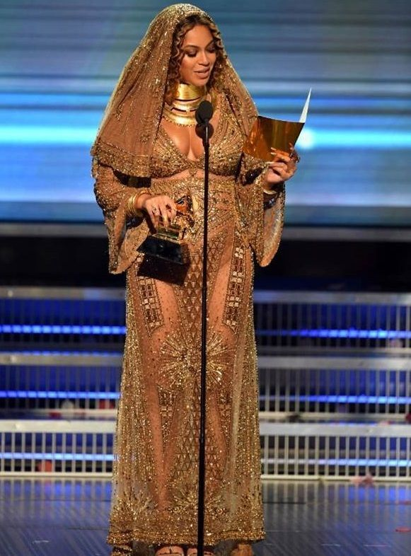 Beyonce S Grammy Outfit Takes The Crown To A Whole New Level Accessories Magazine Grammys 2017 Beyonce Style Grammy Dresses
