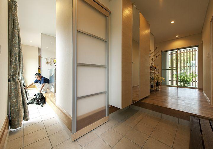 このお住まいの特徴のひとつ 玄関左の引き戸を開ければ そのままキッチン リビングに続く土間へ 愛犬の通路でもあります リノベーション 平屋 自宅で 住宅 間取り