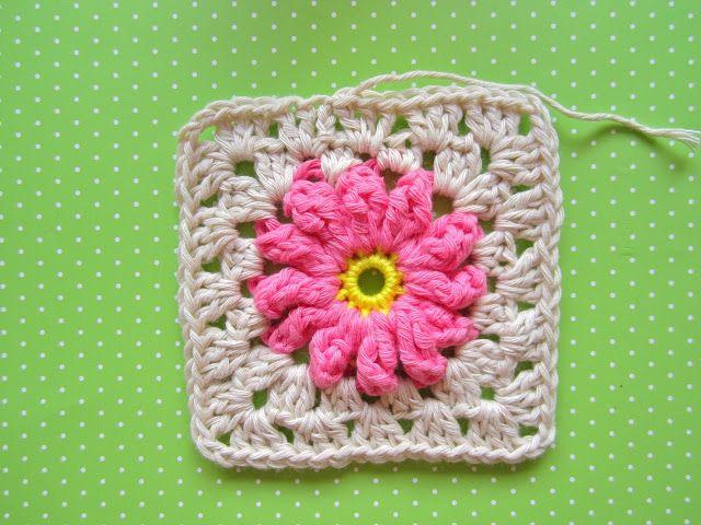 quadradinho de crochê com flor passo a passo | Blumendecke, Quadrate ...