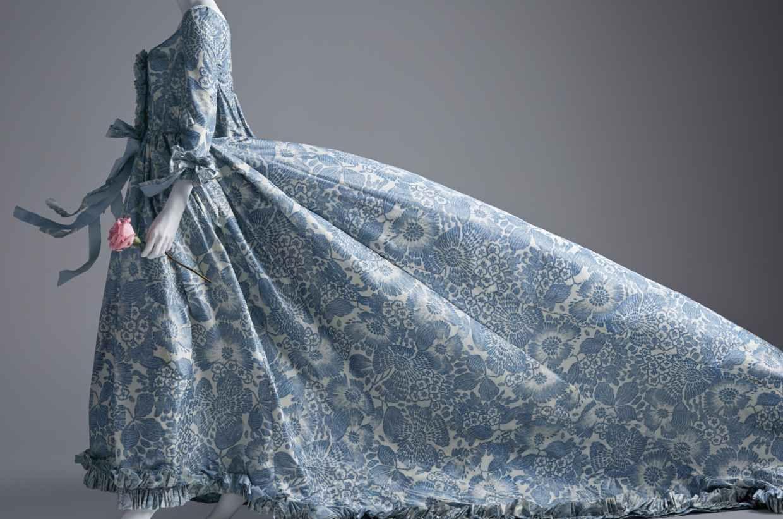 An Oscar de la Renta dress worn by Kirsten Dunst in 'Vogue.' Photo: SCAD |  Oscar de la renta, Fashion, Vogue photo