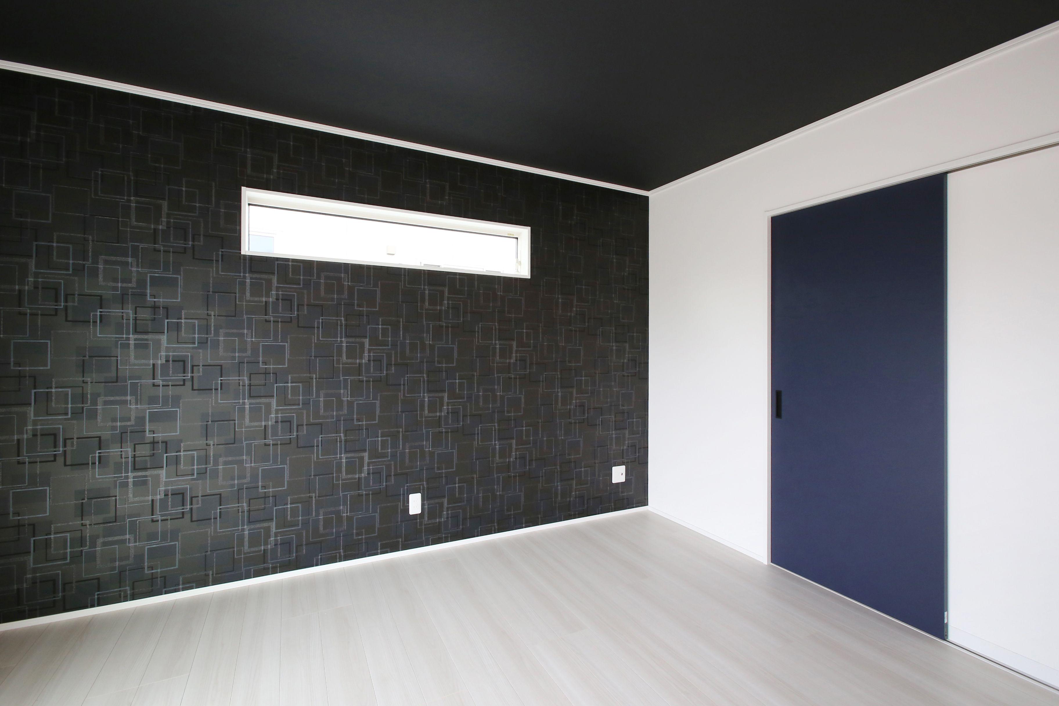 白い床に黒のアクセントクロス 天井クロスのコントラストがおしゃれな