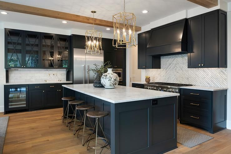 Merveilleux Black Shaker Cabinets With Square Marble Striped Tiles