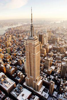 Empire State, rascacielos situado en la ciudad de Nueva York fue el edificio mas alto desde su finalización en 1931 hasta 1972 año en que se completo la construcción de la torre norte del World Trade Center, después del atentado del 11/09 recupero su lugar hasta el 30/04/14 que el  One World Trade ocupo este lo paso al numero 2 de los edificios mas altos en NY.
