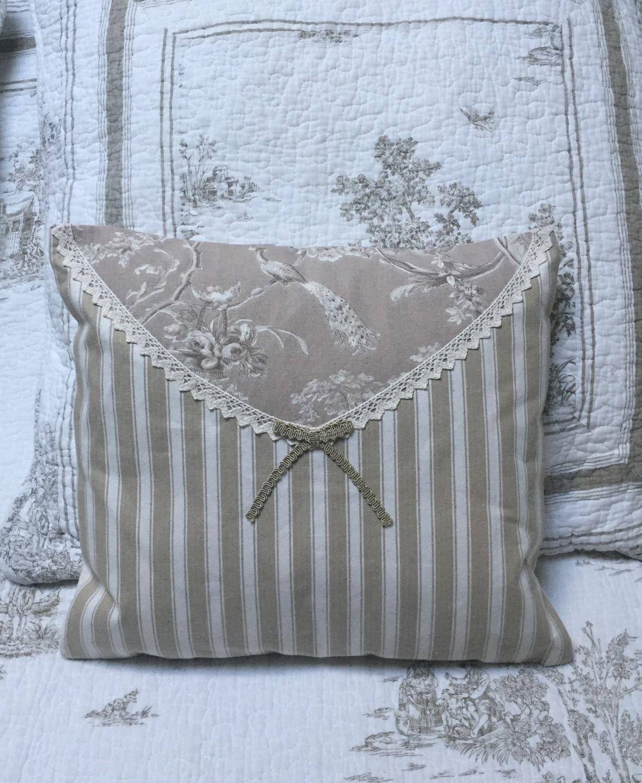 coussin 37x35 beige toile de jouy rayures dentelle noeud shabby chic textiles et tapis par. Black Bedroom Furniture Sets. Home Design Ideas
