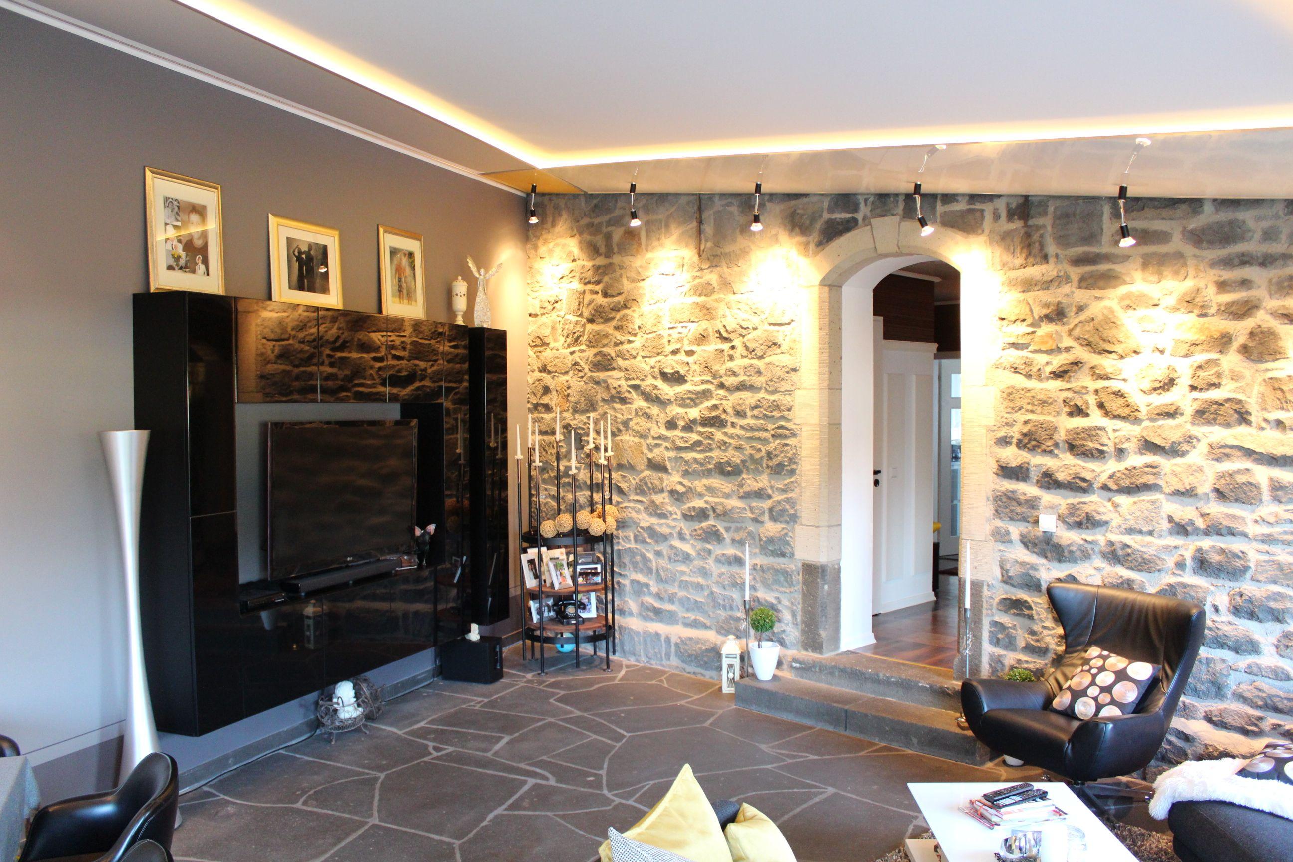 Grijs getinte woonkamer met spanplafond Wohnzimmer mit passende ...