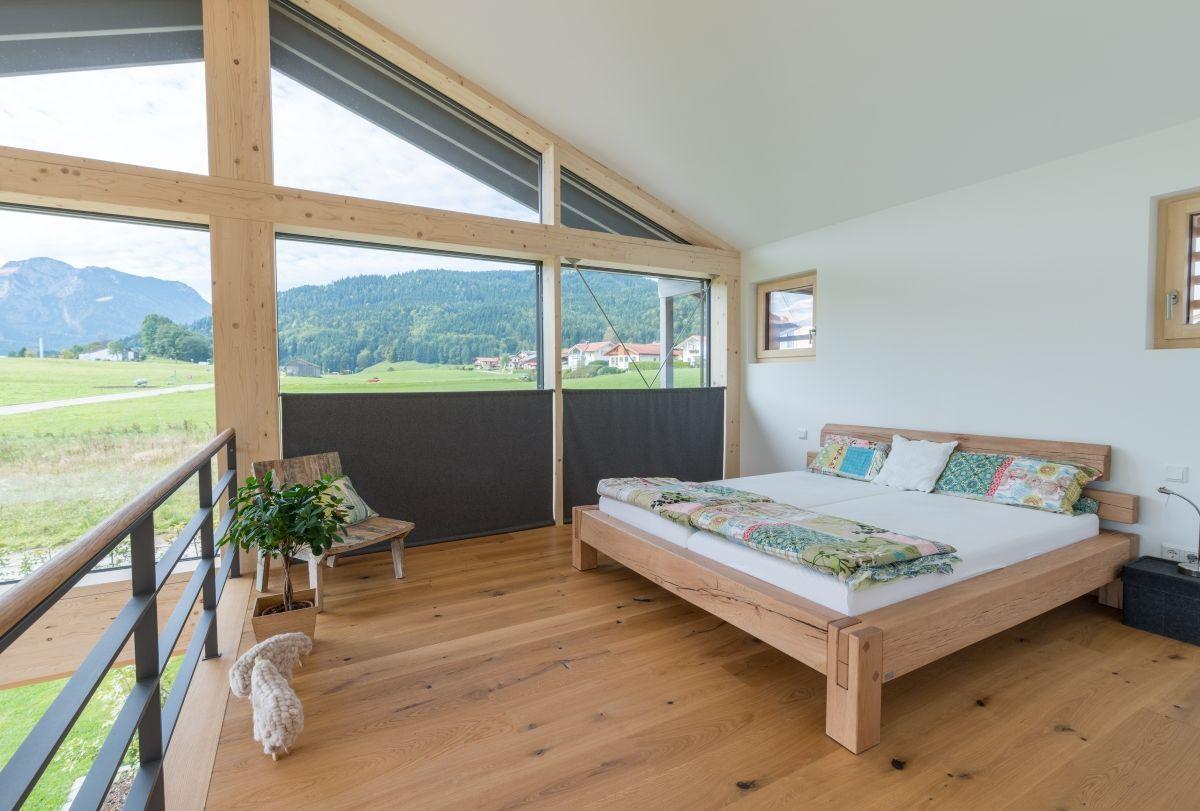 Schlafzimmer modern offen mit Galerie & Bett unter