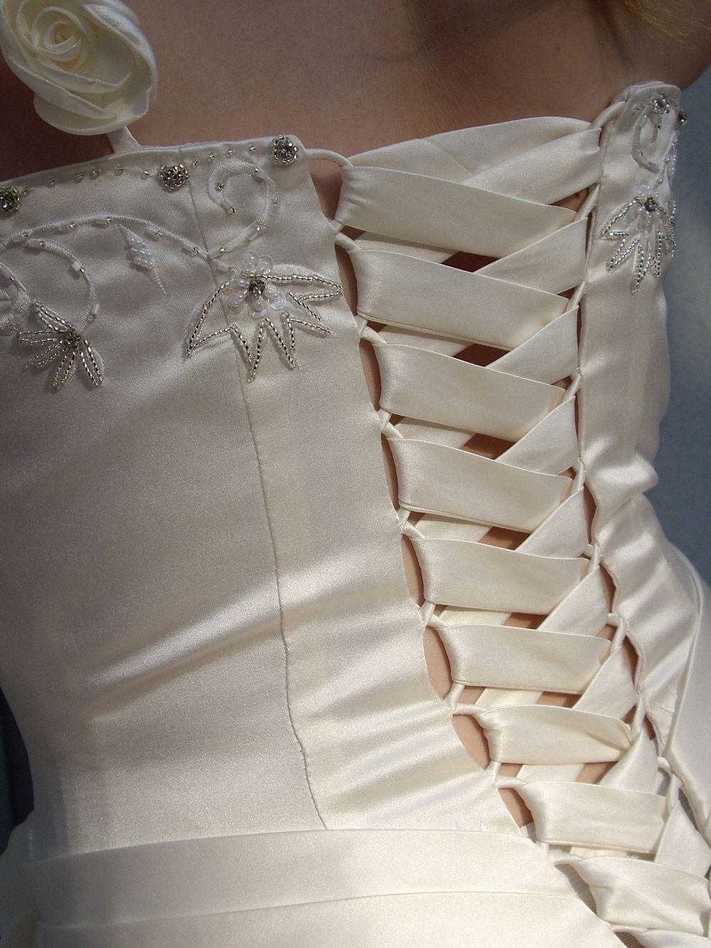 Die Brautkleid-Schnürung eines maßgeschneiderten Korsagen Brautkleid ...