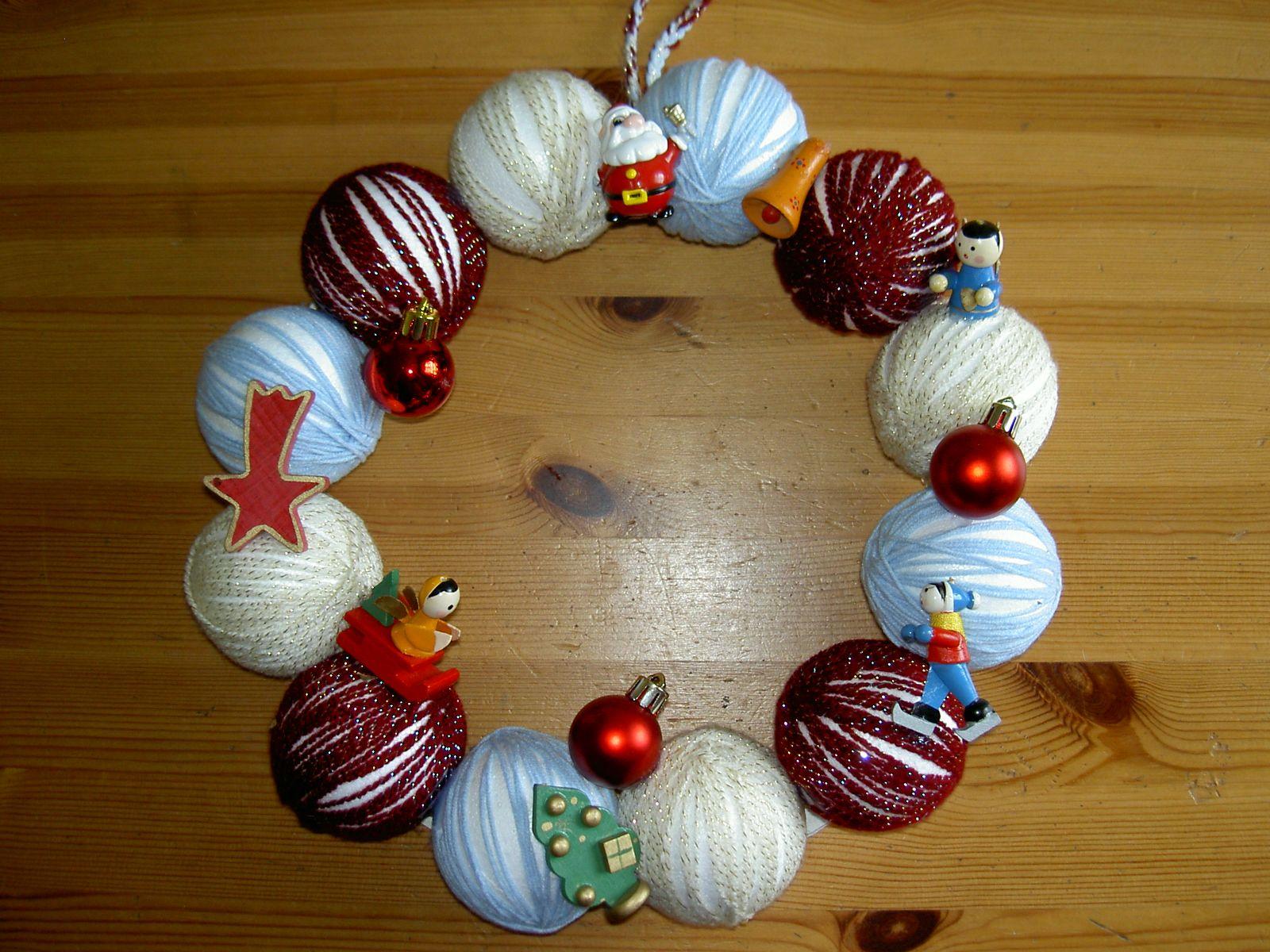 weihnachtlicher Türkranz aus Styroporkugeln, umwickelt mit ...
