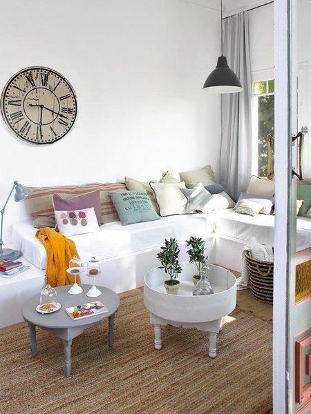 Salón con muebles vintage y reciclados sofá de obra