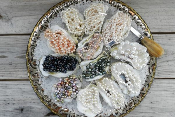 Pearl necklaces in oysters - a cute way to give gifts to bridesmaids