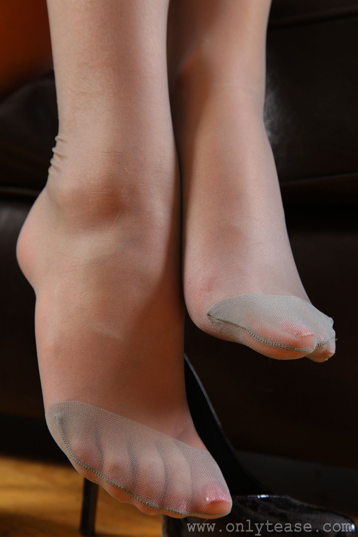 Sexy women pantyhosed feet-9777