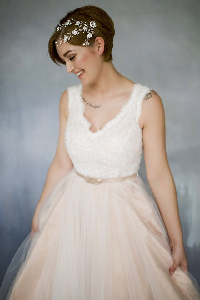 Wedding hairstyles for short dresses