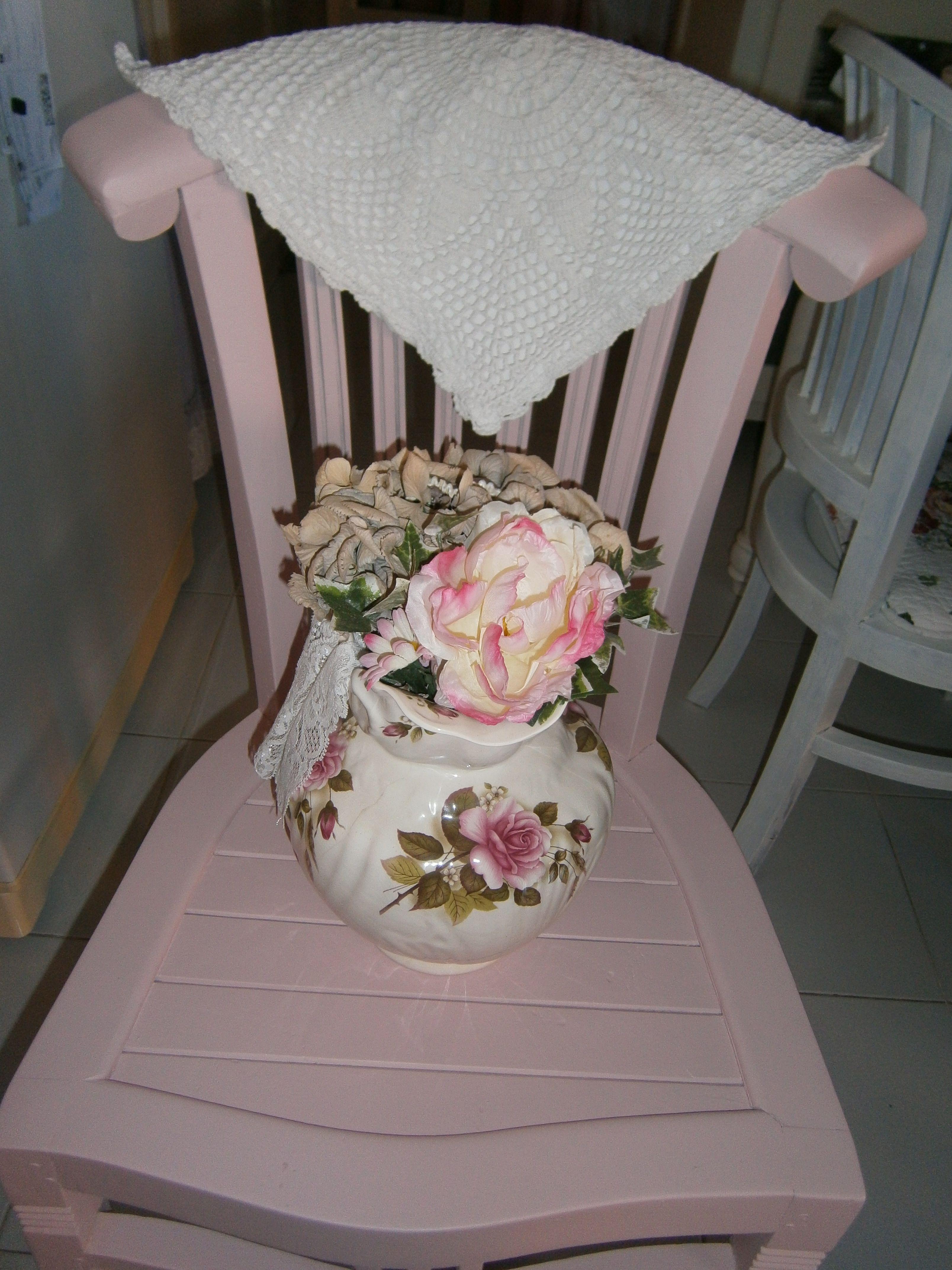sedia rosa con brocca con fiori