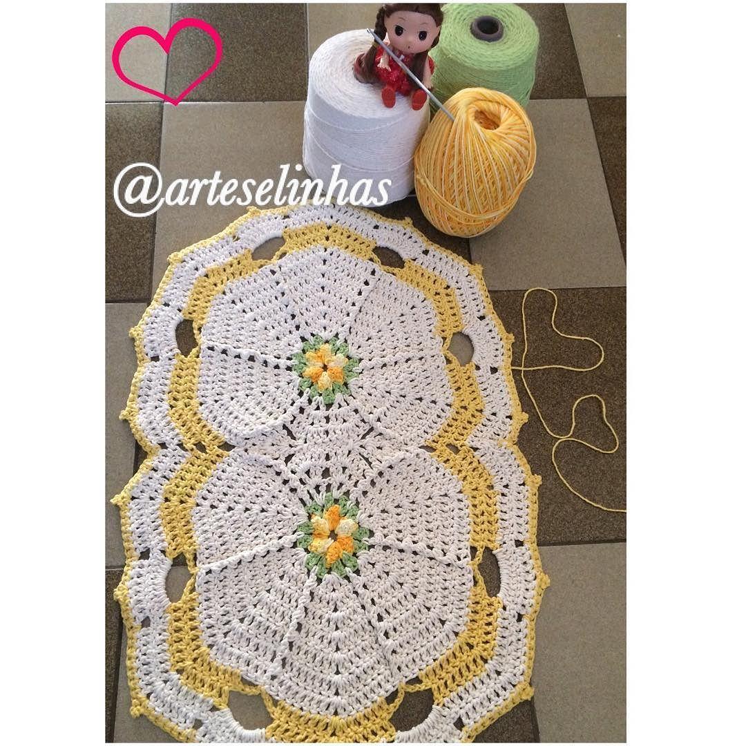 arteselinhas Dia produtivo  tapete de crochê com detalhes coloridos para alegrar a casa  #feitocommuitoamor