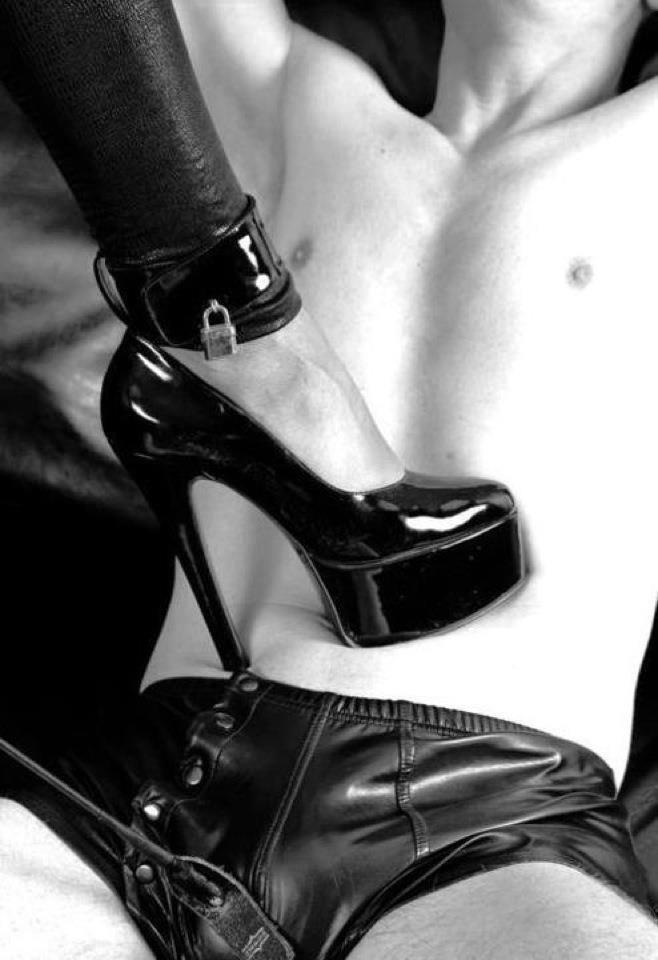 прекрасные ножки доминирующей госпожи только